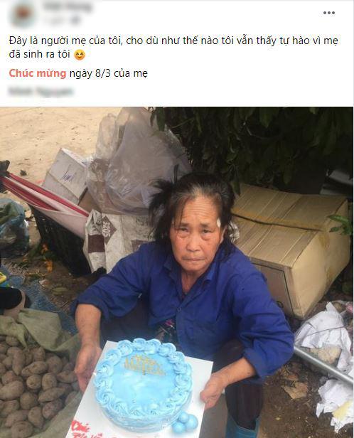 Khoảnh khắc xúc động ngày 8/3: Người mẹ già bán rau ven đường nhận chiếc bánh kem và lời chúc mừng mà cậu con trai chưa bao giờ nói - Ảnh 1.