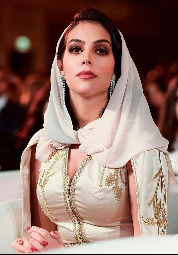 Lọ Lem đời thực Georgina: Từ nhân viên vô danh của Gucci thành hot girl quyền lực, được vào danh sách thừa hưởng khối tài sản 10 nghìn tỷ đồng của CR7 - Ảnh 1.