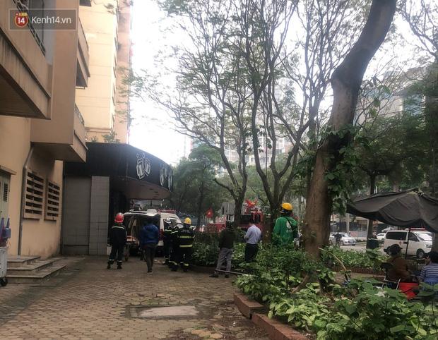 Hà Nội: Nữ sinh lớp 10 rơi từ tầng cao chung cư, nằm bất động trên mái tôn - Ảnh 3.