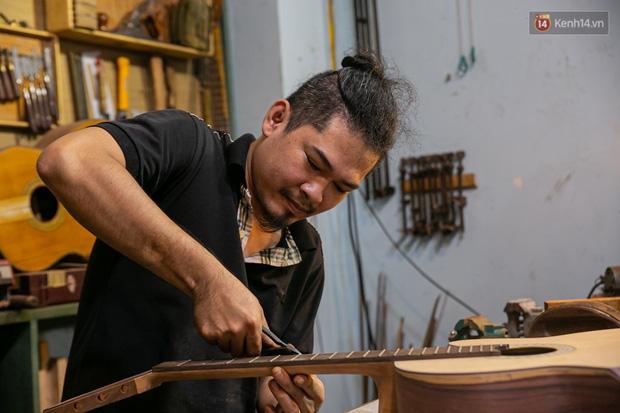 Chàng trai Sài Gòn 15 năm làm đàn guitar handmade: Có người nước ngoài mang bộ gỗ 70 triệu đến đặt mình làm - Ảnh 1.