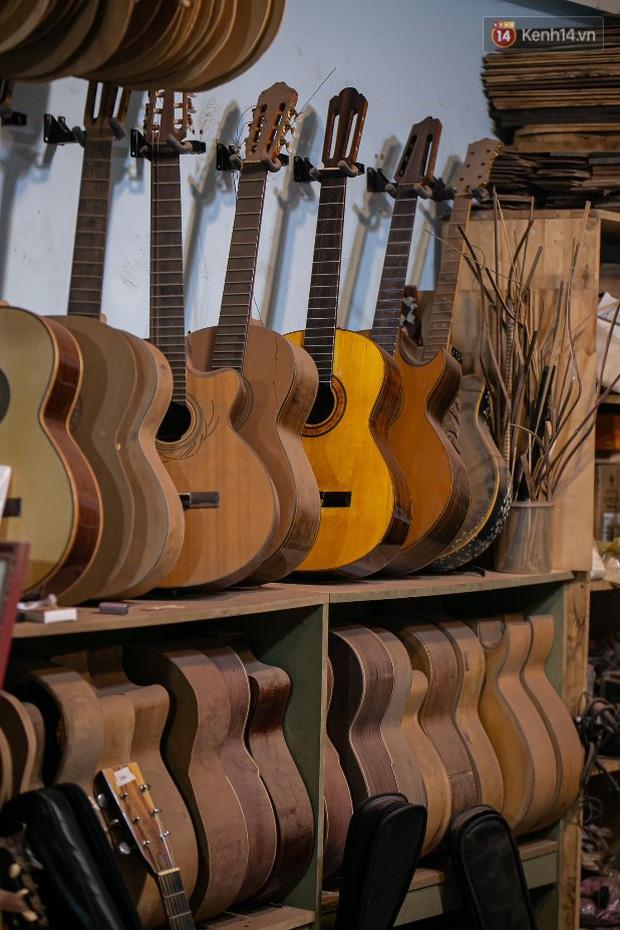 Chàng trai Sài Gòn 15 năm làm đàn guitar handmade: Có người nước ngoài mang bộ gỗ 70 triệu đến đặt mình làm - Ảnh 12.