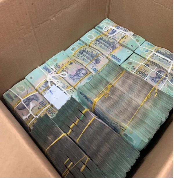 Tiền được nhà đầu tư đóng cọc bỏ sẵn trong thùng giấy để mang đi giao dịch nhà đất.