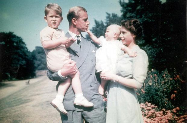 Tuổi thơ cơ cực của Hoàng tế Philip: Mẹ nằm viện tâm thần, chị gái bị tai nạn máy bay tử vong, từ hoàng tử lưu vong trở thành phu quân Nữ hoàng Anh - Ảnh 8.