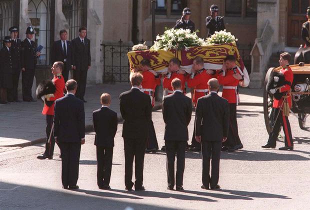 Bức ảnh được dân mạng lan truyền rộng rãi cho thấy tình cảm đặc biệt của Hoàng tế Philip với Hoàng tử William và Harry, một cử chỉ nói lên tất cả - Ảnh 3.