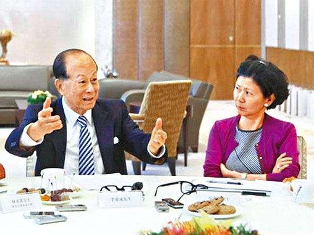 Hồng nhan tri kỷ giúp Lý Gia Thành lấy lại ngôi vị giàu nhất Hong Kong: Bản lĩnh hơn người trên thương trường, chấp nhận bầu bạn bên tỷ phú 25 năm chẳng màng danh phận - Ảnh 3.