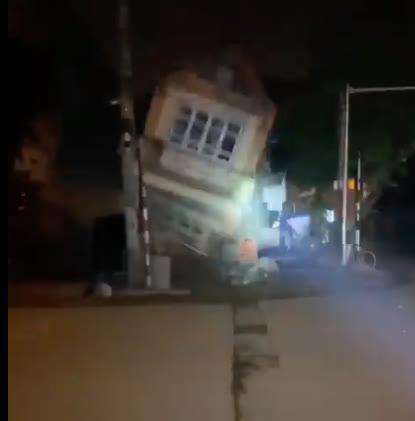 VIDEO: Nhà 3 tầng bất ngờ đổ sập trong đêm ở Lào Cai - Ảnh 1.