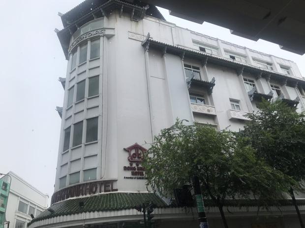 Clip: Khách sạn Đồng Khánh ở TP.HCM bốc cháy dữ dội trong cơn mưa lớn - Ảnh 2.