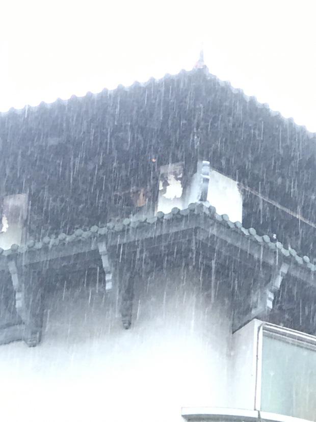 Clip: Khách sạn Đồng Khánh ở TP.HCM bốc cháy dữ dội trong cơn mưa lớn - Ảnh 4.