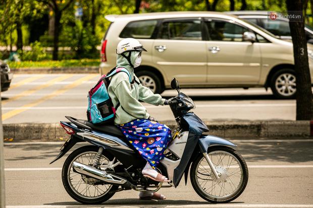 Chùm ảnh: Công nhân vật lộn với cái nóng hầm hập ở Sài Gòn, người đi đường mặc cả áo mưa tránh nắng - Ảnh 12.