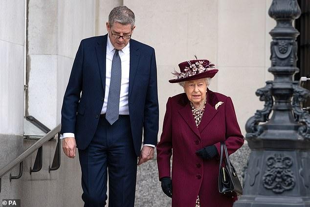 Harry gây tranh cãi về trang phục trong tang lễ, Nữ hoàng đưa ra quyết định chưa từng có để vẹn cả đôi đường - Ảnh 3.