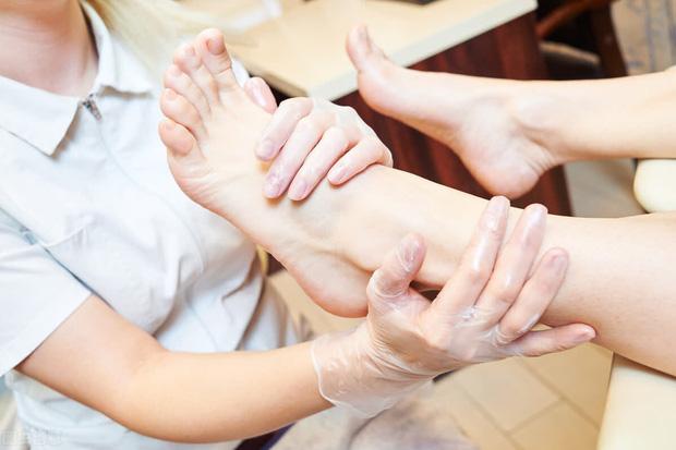 Bác sĩ cảnh báo 4 điều kiêng kỵ khi ngâm chân gây nguy hiểm tính mạng, thoải mái mấy cũng dừng ngay! - Ảnh 2.