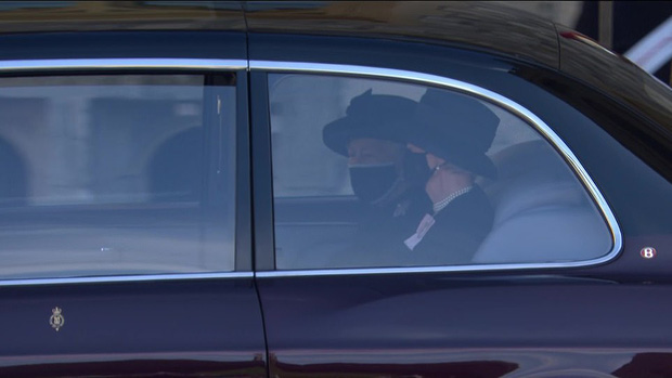 Nghẹn ngào trước hình ảnh Nữ hoàng Anh gạt nước mắt, ngồi cô đơn một mình trong tang lễ tiễn biệt người chồng 73 năm - Ảnh 1.