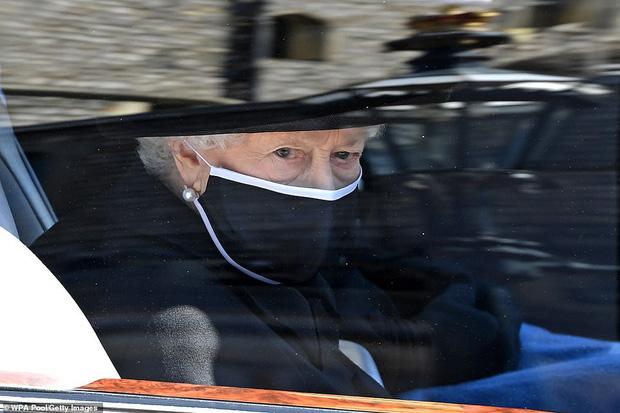 Nghẹn ngào trước hình ảnh Nữ hoàng Anh gạt nước mắt, ngồi cô đơn một mình trong tang lễ tiễn biệt người chồng 73 năm - Ảnh 2.