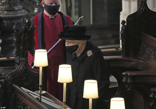 Nghẹn ngào trước hình ảnh Nữ hoàng Anh gạt nước mắt, ngồi cô đơn một mình trong tang lễ tiễn biệt người chồng 73 năm - Ảnh 5.