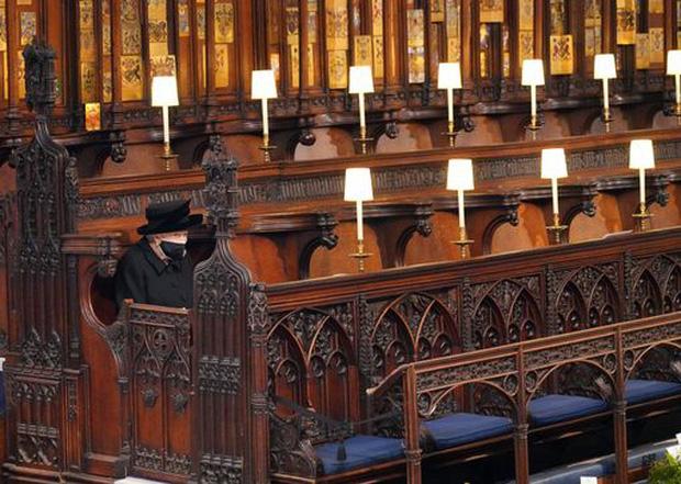 Nghẹn ngào trước hình ảnh Nữ hoàng Anh gạt nước mắt, ngồi cô đơn một mình trong tang lễ tiễn biệt người chồng 73 năm - Ảnh 6.