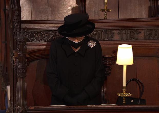 Nghẹn ngào trước hình ảnh Nữ hoàng Anh gạt nước mắt, ngồi cô đơn một mình trong tang lễ tiễn biệt người chồng 73 năm - Ảnh 7.