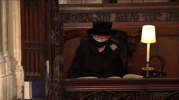 Nghẹn ngào trước hình ảnh Nữ hoàng Anh gạt nước mắt, ngồi cô đơn một mình trong tang lễ tiễn biệt người chồng 73 năm - Ảnh 8.