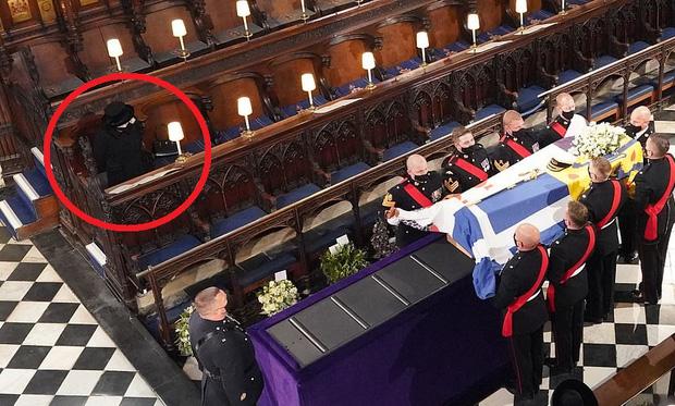 Nghẹn ngào trước hình ảnh Nữ hoàng Anh gạt nước mắt, ngồi cô đơn một mình trong tang lễ tiễn biệt người chồng 73 năm - Ảnh 9.