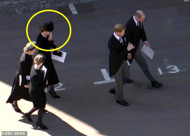 Đẳng cấp như Công nương Kate: Chỉ với loạt cử chỉ trong tang lễ Hoàng tế Philip đủ làm lu mờ chiêu trò của Meghan ở trời Mỹ - Ảnh 4.