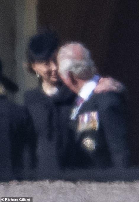 Đẳng cấp như Công nương Kate: Chỉ với loạt cử chỉ trong tang lễ Hoàng tế Philip đủ làm lu mờ chiêu trò của Meghan ở trời Mỹ - Ảnh 5.