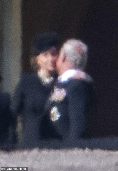 Đẳng cấp như Công nương Kate: Chỉ với loạt cử chỉ trong tang lễ Hoàng tế Philip đủ làm lu mờ chiêu trò của Meghan ở trời Mỹ - Ảnh 6.