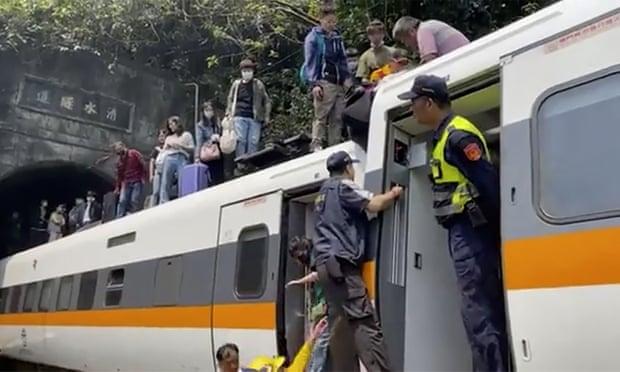 Tàu cao tốc trật đường ray ở Đài Loan, ít nhất 48 người chết - Ảnh 1.