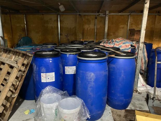 Hà Nội: Đột kích xưởng sản xuất quy mô lớn giả nhãn hiệu nước giặt Dnee - Ảnh 2.