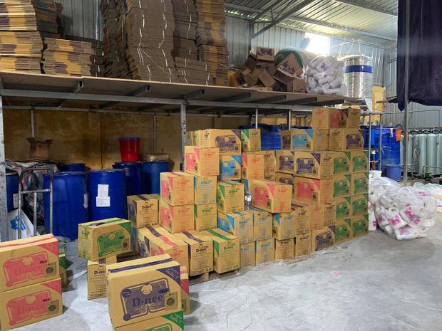 Hà Nội: Đột kích xưởng sản xuất quy mô lớn giả nhãn hiệu nước giặt Dnee - Ảnh 4.