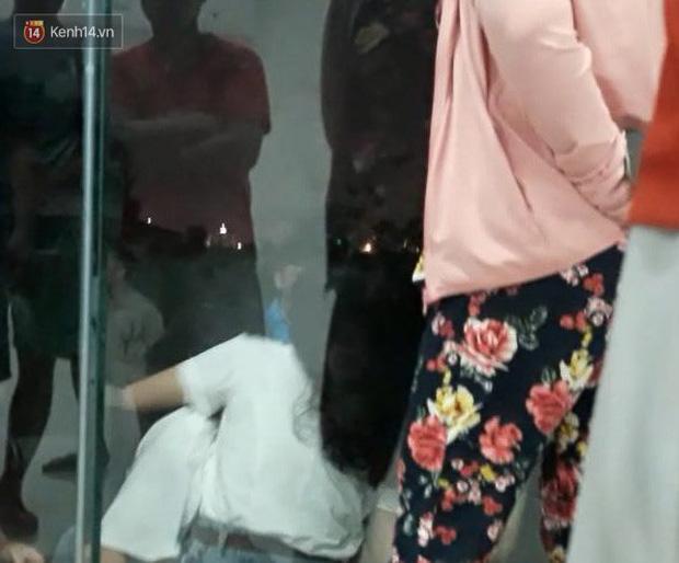 Xót xa cảnh mẹ khóc ngất gọi tên con tại hiện trường vụ bé gái rơi từ cửa sổ phòng ngủ tầng 24 chung cư tử vong - Ảnh 1.
