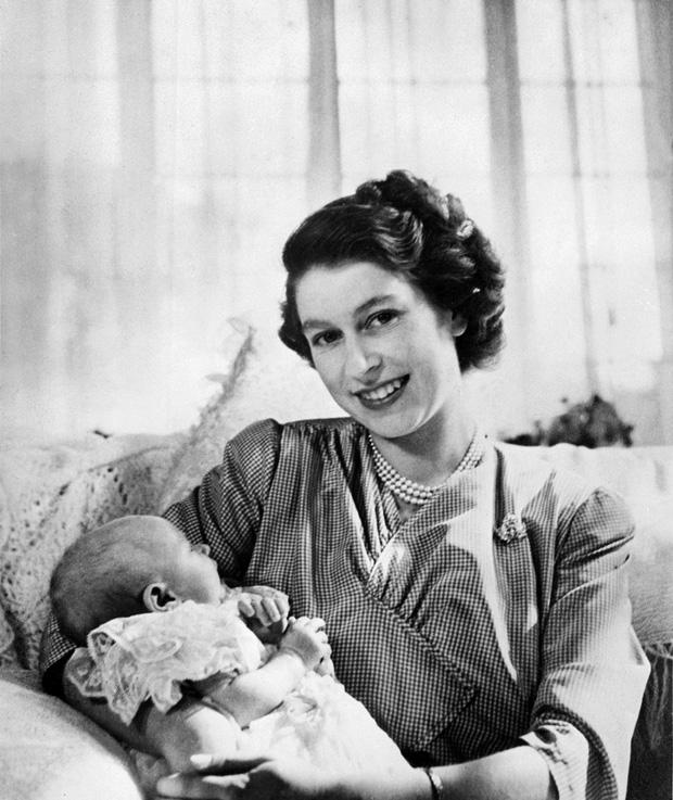 4 món quà chất đầy tâm tư mà Hoàng thân Philip tặng cho Nữ hoàng Anh, trở thành kỷ vật đi cùng bà suốt những năm tháng đẹp nhất đời - Ảnh 1.