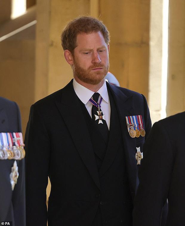 Hoàng tử Harry tức tốc về Mỹ với Meghan ngay trong ngày sinh nhật của Nữ hoàng, loạt hành động sau tang lễ Hoàng thân Philip gây thất vọng - Ảnh 1.