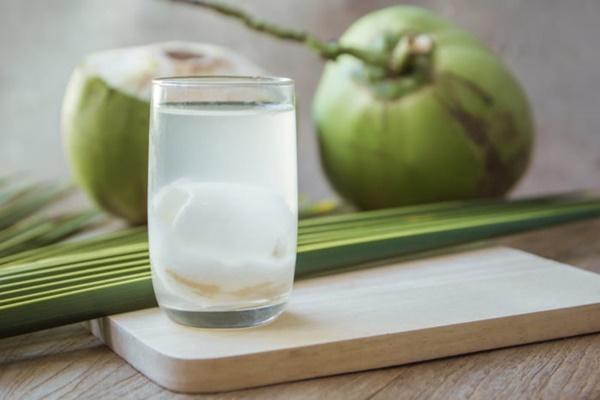 Uống nước dừa vào mùa hè: Rất tốt nhưng chuyên gia lưu ý 5 người không nên uống kẻo rước họa - Ảnh 1.