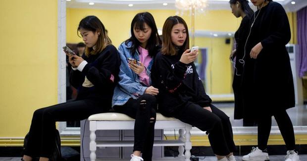 Lối sống xa xỉ của thế hệ Gen Z Trung Quốc: Ít tiết kiệm, tiêu tiền nhiều hơn số mình kiếm và không sợ nợ nần chồng chất - Ảnh 2.