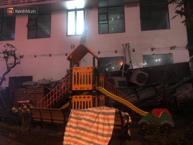 Cả giàn điều hòa ở chung cư Hà Nội bất ngờ đổ sập, rơi xuống sân chơi cho trẻ em - Ảnh 1.