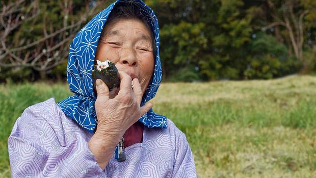 Cùng coi cơm là thực phẩm chính, tại sao người Nhật có tuổi thọ trung bình rất cao so với các nước? Hóa ra là nhờ 3 bí quyết - Ảnh 1.