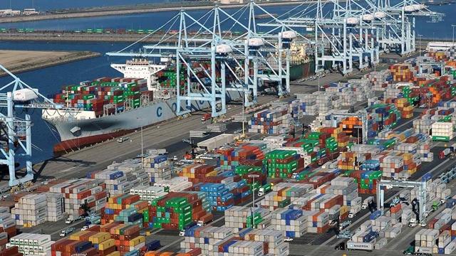 Tắc cảng Bờ Tây Mỹ, phí vận tải biển thế giới tăng vọt - Ảnh 1.