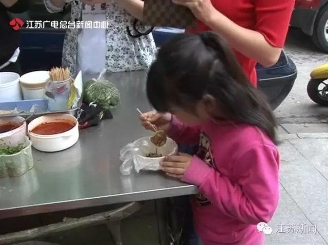 Con gái 5 tuổi bị sưng ngực, dậy thì sớm vì mẹ cho ăn quá nhiều món bổ dưỡng: BS cảnh báo những dấu hiệu dậy thì sớm ở bé gái mà bố mẹ phải nhớ - Ảnh 2.
