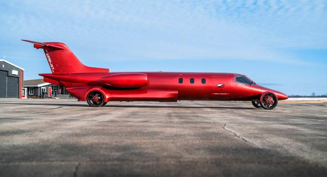 Limo lai máy bay đầu tiên thế giới: Giá không dưới 115 tỷ, hát karaoke trên trời, tặng kèm xe bán tải  - Ảnh 1.