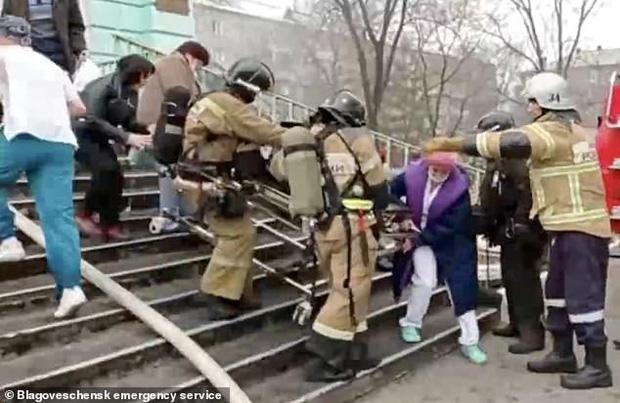 Chuyện hi hữu chưa từng thấy: Bệnh viện bốc cháy ngùn ngụt, nhóm bác sĩ vẫn bình tĩnh mổ tim cho bệnh nhân vì nếu chúng tôi dừng lại, anh ấy sẽ chết - Ảnh 3.