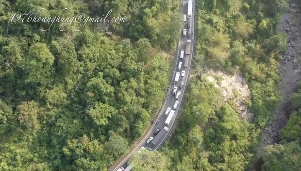 Clip: Đèo Bảo Lộc tắc nghẽn kinh hoàng vì lượng xe lên Đà Lạt du lịch quá đông, nhìn trên cao thấy mà hoảng! - Ảnh 3.