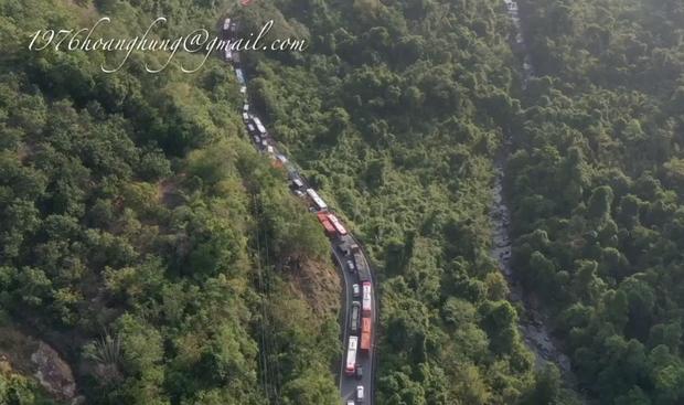Clip: Đèo Bảo Lộc tắc nghẽn kinh hoàng vì lượng xe lên Đà Lạt du lịch quá đông, nhìn trên cao thấy mà hoảng! - Ảnh 4.