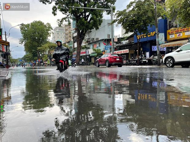 ẢNH: Mưa lớn bất ngờ vào giữa trưa, người Sài Gòn được giải nhiệt sau những ngày nắng nóng oi bức - Ảnh 1.