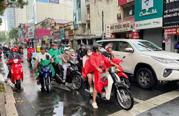 ẢNH: Mưa lớn bất ngờ vào giữa trưa, người Sài Gòn được giải nhiệt sau những ngày nắng nóng oi bức - Ảnh 13.