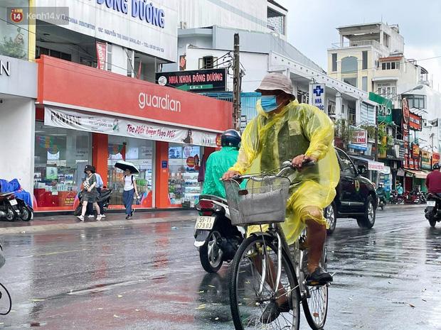 ẢNH: Mưa lớn bất ngờ vào giữa trưa, người Sài Gòn được giải nhiệt sau những ngày nắng nóng oi bức - Ảnh 14.