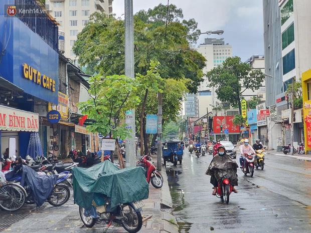 ẢNH: Mưa lớn bất ngờ vào giữa trưa, người Sài Gòn được giải nhiệt sau những ngày nắng nóng oi bức - Ảnh 4.