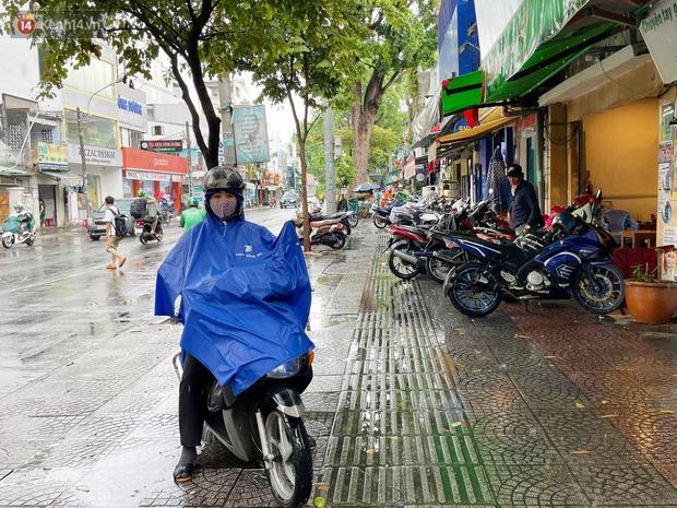 ẢNH: Mưa lớn bất ngờ vào giữa trưa, người Sài Gòn được giải nhiệt sau những ngày nắng nóng oi bức - Ảnh 10.