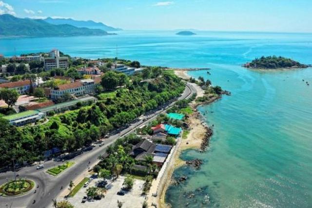 Ngôi trường có khuôn viên đẹp nhất Việt Nam, 4 mùa hoa nở, học phí siêu thấp mà sinh viên đi học ngày nào cũng ngỡ lạc vào resort - Ảnh 1.