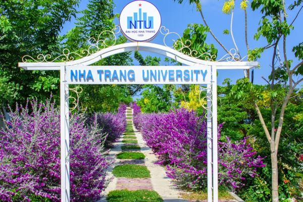 Ngôi trường có khuôn viên đẹp nhất Việt Nam, 4 mùa hoa nở, học phí siêu thấp mà sinh viên đi học ngày nào cũng ngỡ lạc vào resort - Ảnh 12.