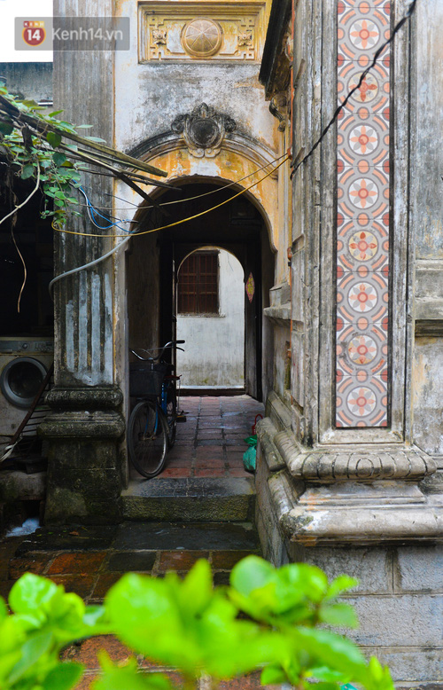 A close-up of a 100-year-old French villa of a once famous vermicelli village in Hanoi - Photo 5.