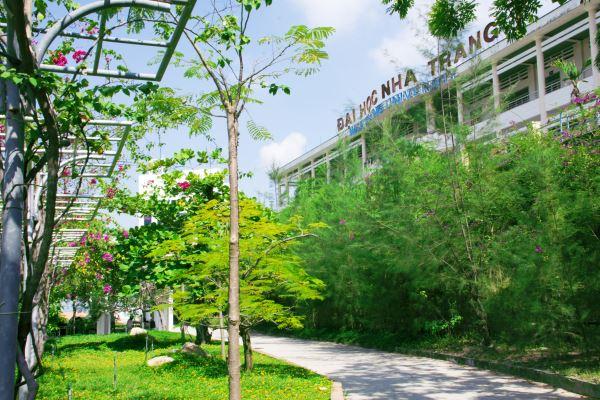 Ngôi trường có khuôn viên đẹp nhất Việt Nam, 4 mùa hoa nở, học phí siêu thấp mà sinh viên đi học ngày nào cũng ngỡ lạc vào resort - Ảnh 5.